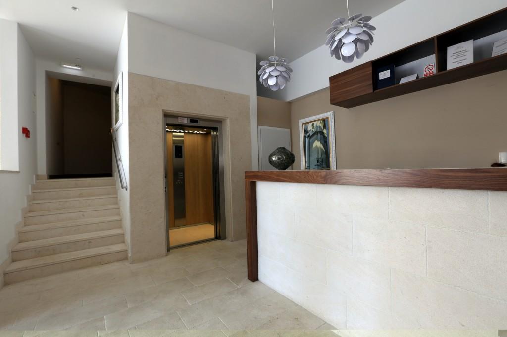 Hotel Corner lift